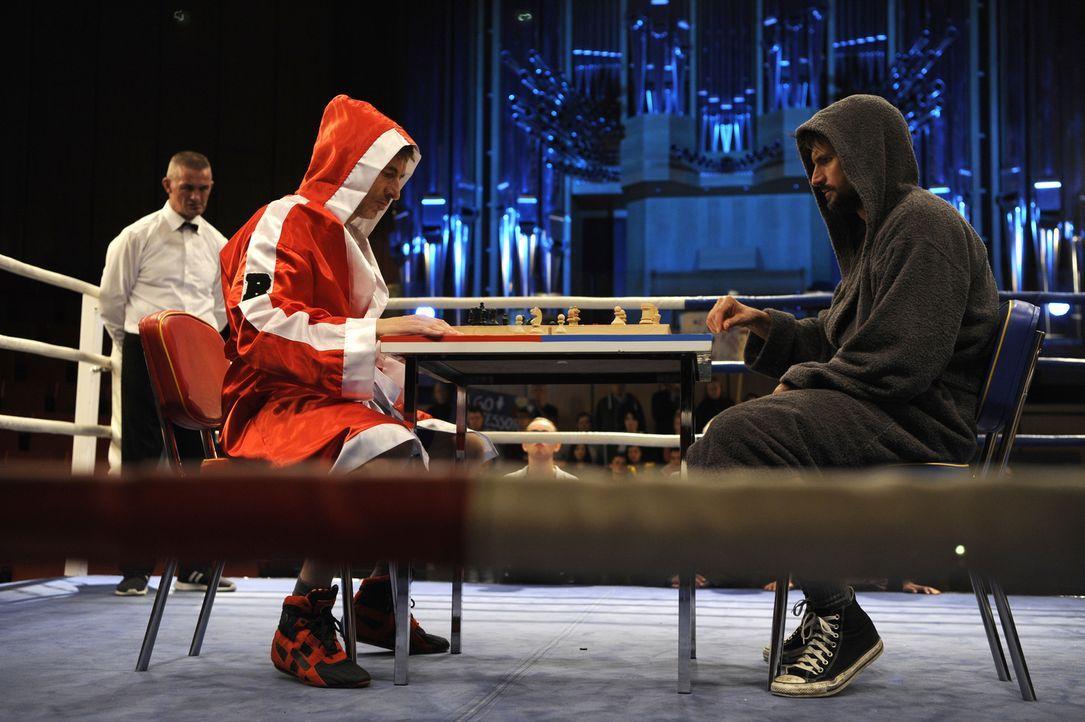 Im Schach-Boxkampf gegen Prof. Berkenbusch (Guido Broscheit, l.) geht es um den Gewinn von Fördergeldern. Dabei bereitet der Denk-Teil der Sportart... - Bildquelle: Bernd Spauke SAT.1/ Bernd Spauke