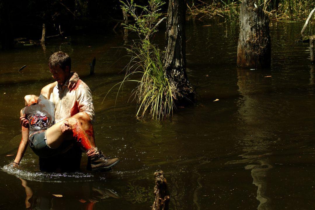 Pete (Michael Vartan, r.) versucht alles, um die schwerverletzte Kate (Radha Mitchell, l.) in Sicherheit zu bringen ?