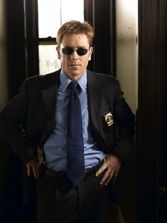 Immer wieder stößt Detective Jim Dunbar (Ron Eldard) auf seiner Dienststelle auf Misstrauen bei den Kollegen und muss sich mit jedem Fall aufs Neu... - Bildquelle: TM &   2006 CBS Studios Inc. All Rights Reserved.