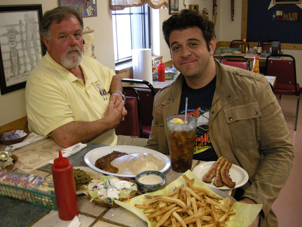Bevor Adam (r.) bei der Fifth-Third-Burger-Challenge in Grand Rapids antreten muss, trifft er im texanischen Amarillo Tim Youngblood (l.), den Besit... - Bildquelle: 2008, The Travel Channel, L.L.C.