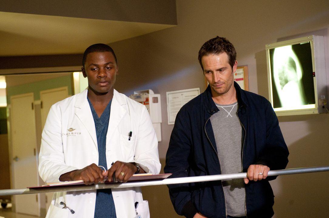 Kämpfen täglich um das Leben ihrer Patienten: Miles (Derek Luke, l.) und Dr. Tom Wakefield (Michael Vartan, r.) - Bildquelle: 2011 Sony Pictures Television Inc. All Rights Reserved.