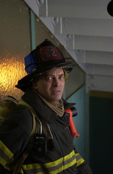 Als ein Apartmenthaus brennt, muss Billy Warren (Ed Sullivan IV) Kopf und Kragen riskieren, um die Bewohner zu retten ... - Bildquelle: 2004 Sony Pictures Television Inc. All Rights Reserved.