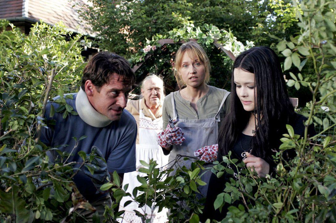 Lissy (Marie Luise Stahl, r.) äußert ihren Eltern Christoph (Max Tidof, l.) und Simone (Anica Dobra, 2.v.r) gegenüber den Verdacht, dass Albert und... - Bildquelle: Boris Guderjahn Sat.1