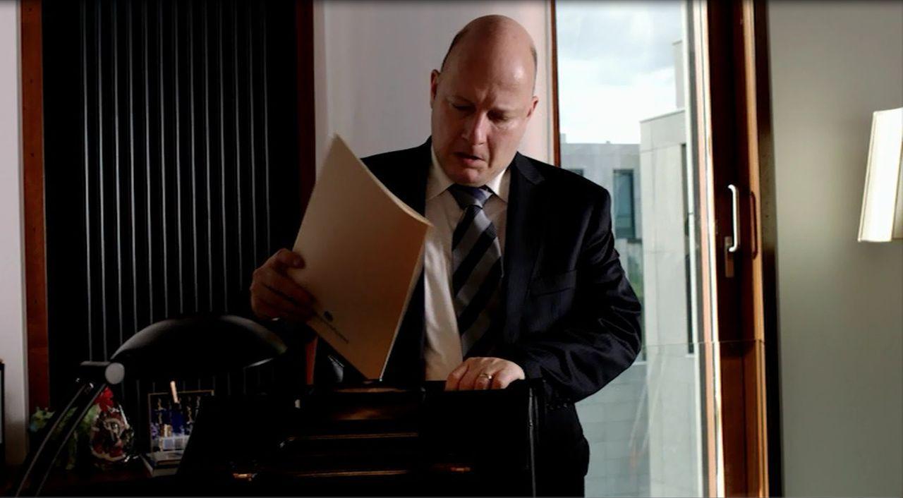 Die Luft wird dünner und dünner. Das Verhältnis zwischen dem Bundespräsidenten und seinem Sprecher Olaf Glaeseker (Holger Kunkel) ist nicht mehr von... - Bildquelle: SAT.1
