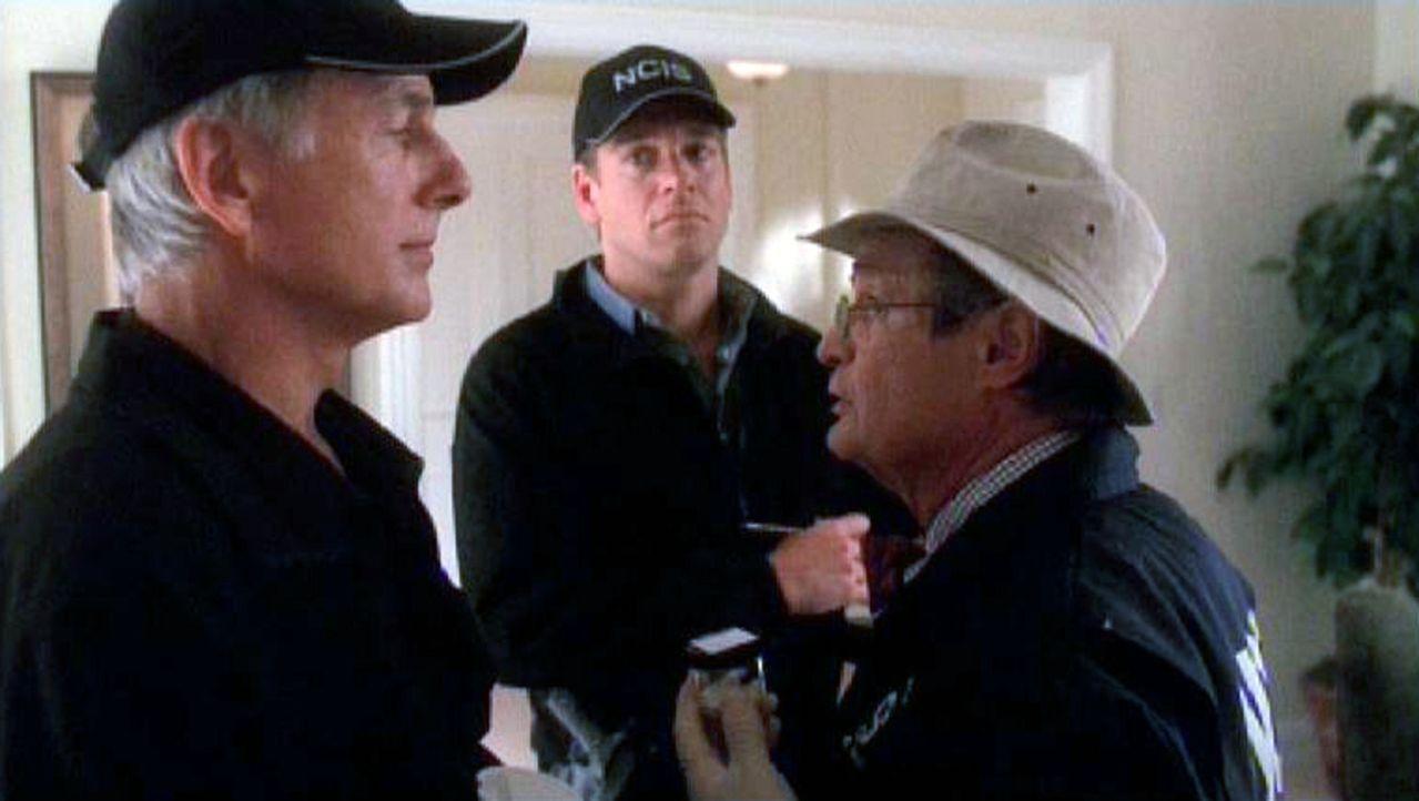 """Die Special Agents Leroy Gibbs (Mark Harmon, l.) und Anthony """"Tony"""" DiNozzo (Michael Weatherly, M.) erfahren von Dr. Donald Mallard (David McCallum,... - Bildquelle: Sat.1"""