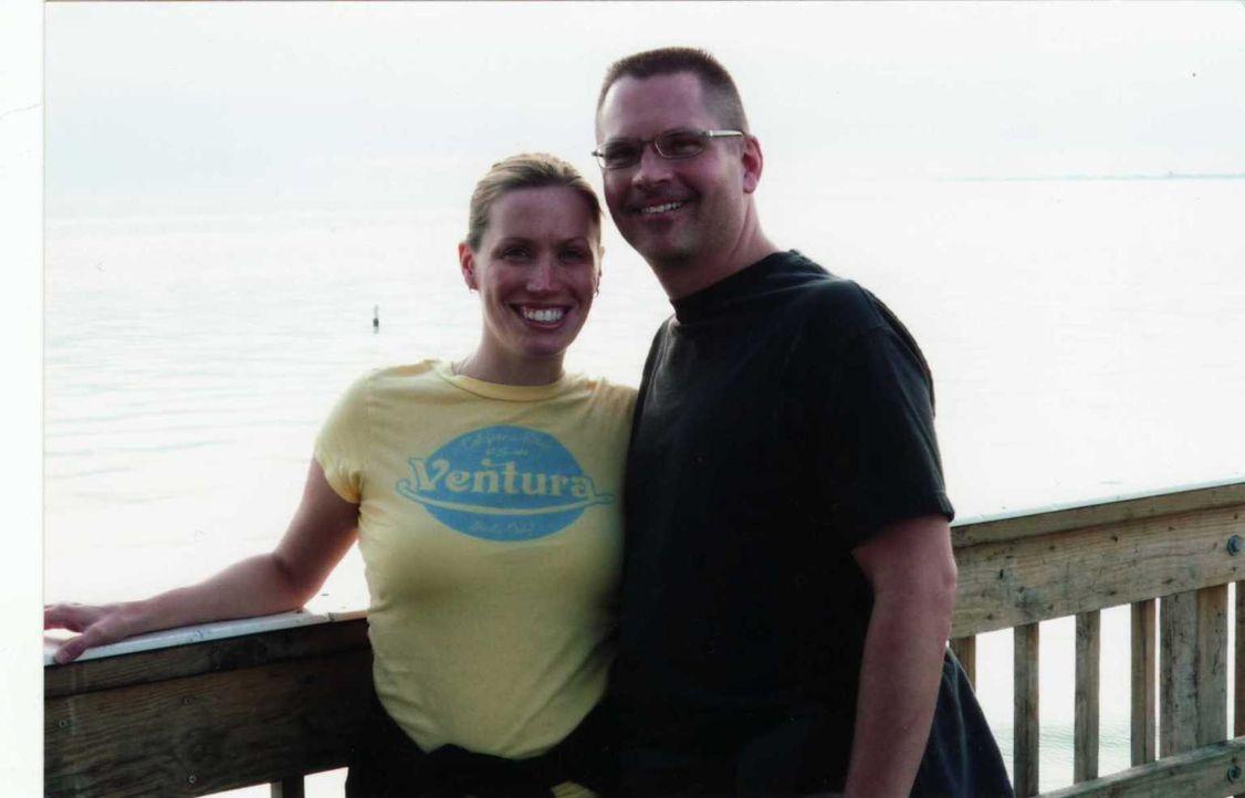 Am Anfang sind Amy  (l.) und Dustin (r.) ein glückliches Paar, bis er auf einmal ein anderer Mensch wird und sie erniedrigt ... - Bildquelle: Atlas Media, 2011