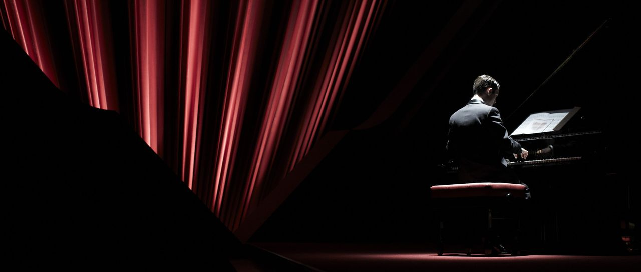Als er nach fünf Jahren wieder am Klavier sitzt, packt ihn die Angst, denn in seinen Noten findet Tom (Elijah Wood) eine Nachricht, in der ihm gedro... - Bildquelle: Wild Bunch