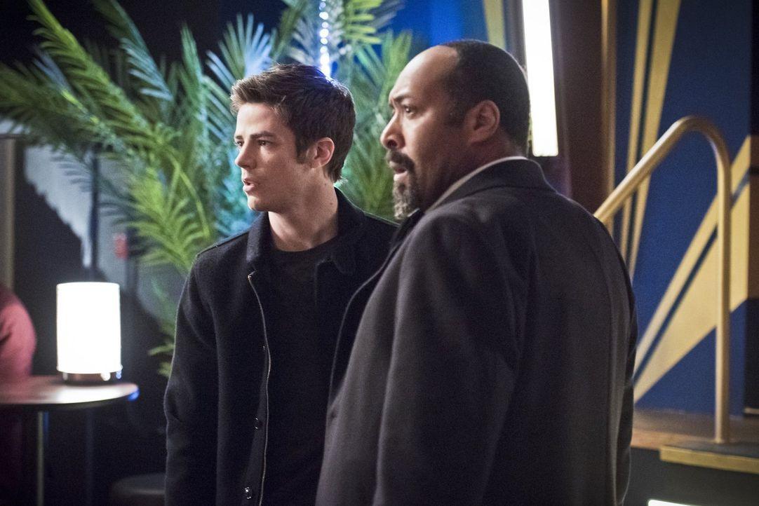 Barry (Grant Gustin, l.) entscheidet sich dazu die Vergangenheit zu verändern, um Joe (Jesse L. Martin, r.) zu retten - mit ungeahnten Folgen ... - Bildquelle: Warner Brothers.