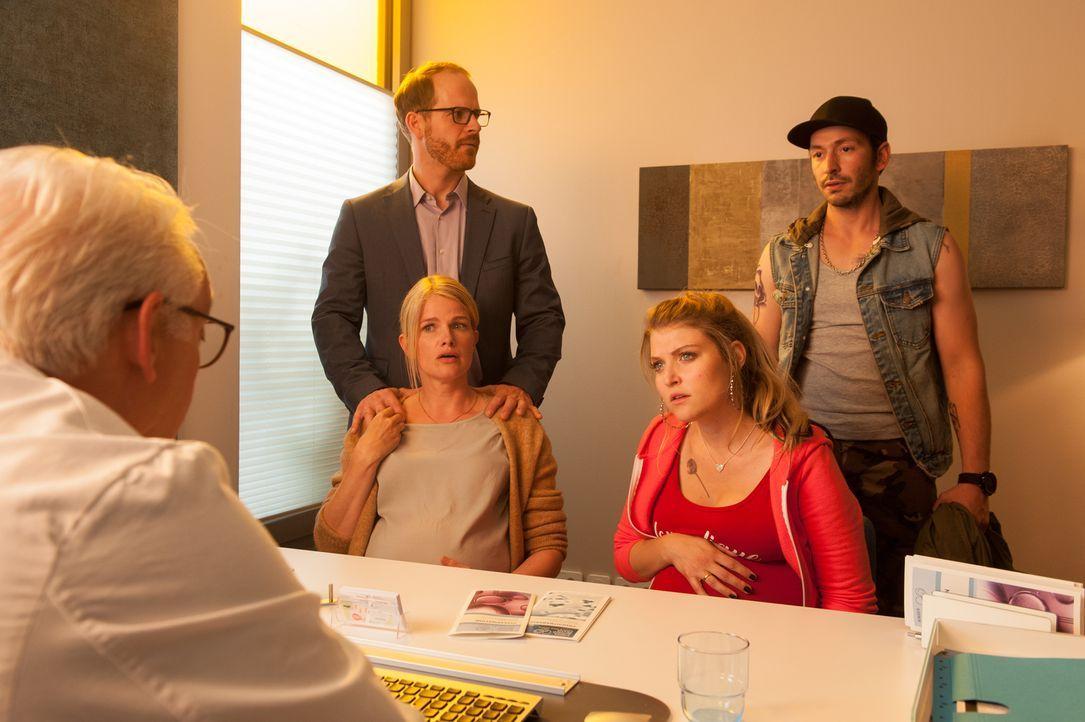 Dr. Volker Niebling (Christoph M. Ohrt, l.) muss den Pärchen Knut (Marc Ben Puch, 2.v.l.) und Julia (Mira Bartuschek, M.) sowie Jessi (Lara Mandoki,... - Bildquelle: Britta Krehl SAT.1/Britta Krehl