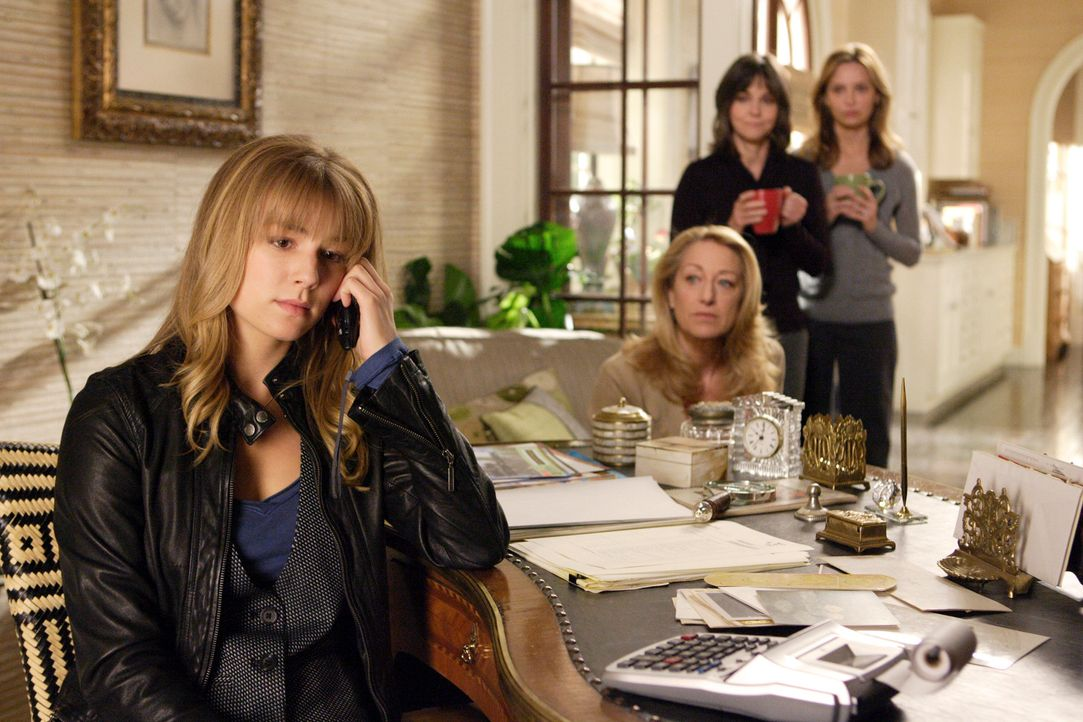 Überreden Rebecca (Emily VanCamp, l.) Justin anzurufen, um ihn unter falschen Vorwänden nach Hause zu locken, wo alle seine Geschwister und seine Mu... - Bildquelle: Disney - ABC International Television