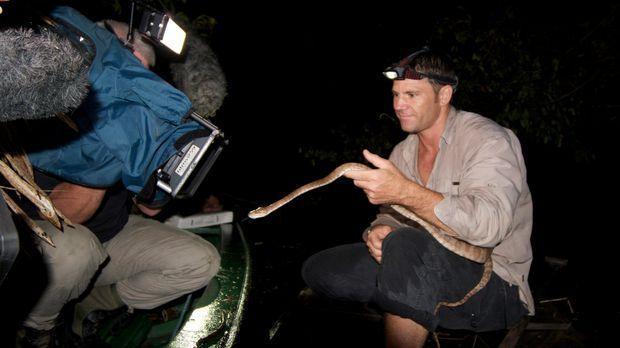 Steve Backshall und sein Team beim Dreh mit einer Amazonasboa ... © James Bri...