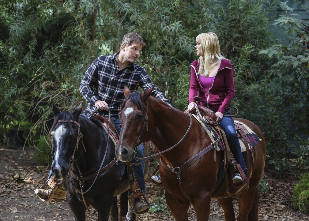 Zwischen Nick (Chris Pratt, l.) und Christys (Anna Faris, r.) kommt es zu ersten Annäherungsversuchen. Doch sie hat die Befürchtung, dass die beiden... - Bildquelle: 2016 Warner Bros. Entertainment, Inc.