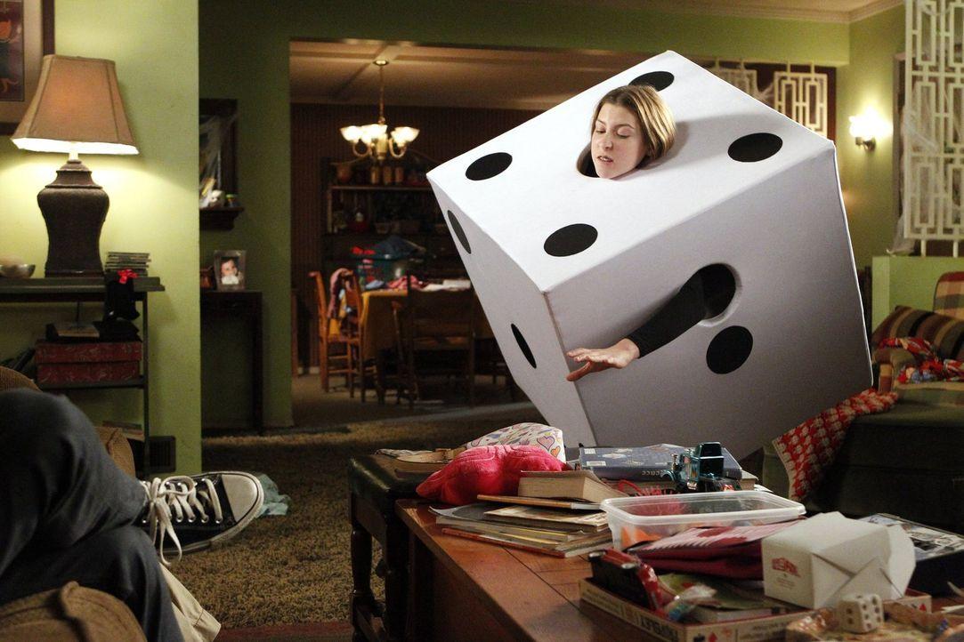 Sue (Eden Sher) verkleidet sich für eine Halloweenparty als Würfel und merkt schnell, dass ihr Kostüm dort fehl am Platz ist. Sie sucht deshalb Rat... - Bildquelle: Warner Brothers