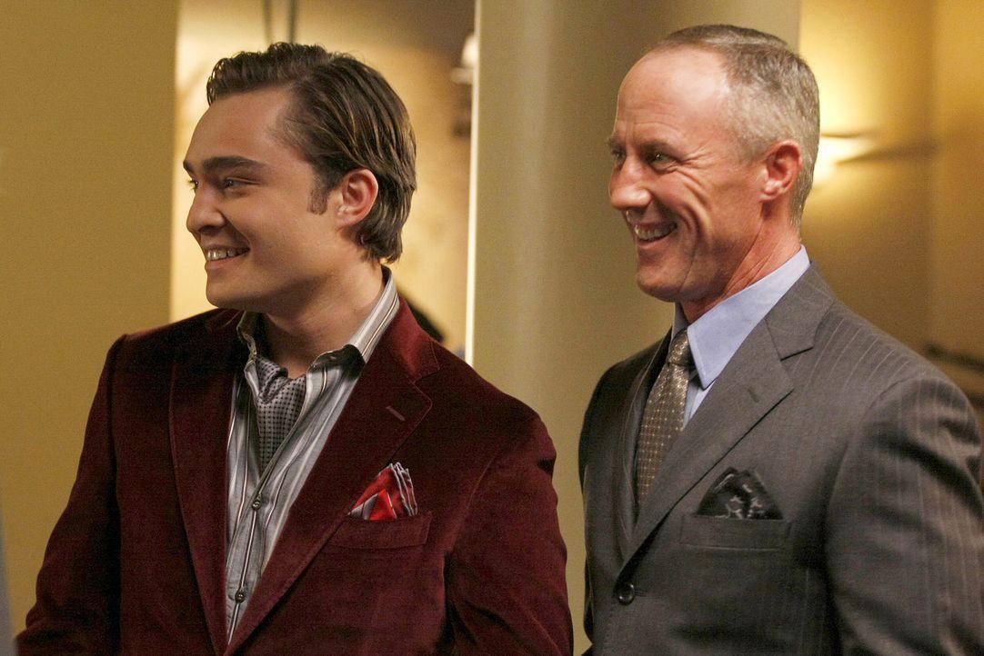 Auf der Party wird Chuck (Ed Westwick, r.) von seinem Vater Bart (Robert John Burke, l.) zur Seite genommen, dem es missfällt, dass Sohnemann ohne s... - Bildquelle: Warner Brothers