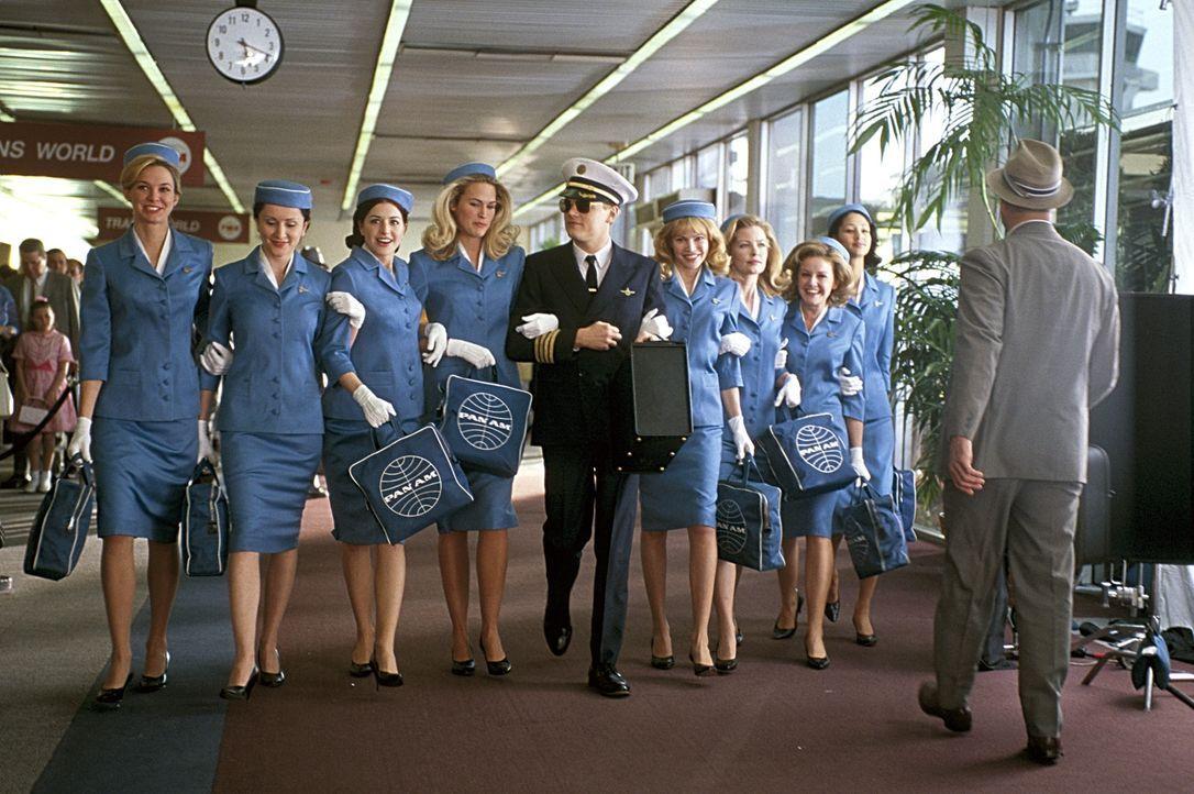 Auch als Ko-Pilot einer großen Fluglinie ist ein Meister der Täuschung. Aber auch als brillanter Fälscher ist Frank (Leonardo DiCaprio, M.) unsch... - Bildquelle: TM &   2003 DreamWorks LLC. All Rights Reserved
