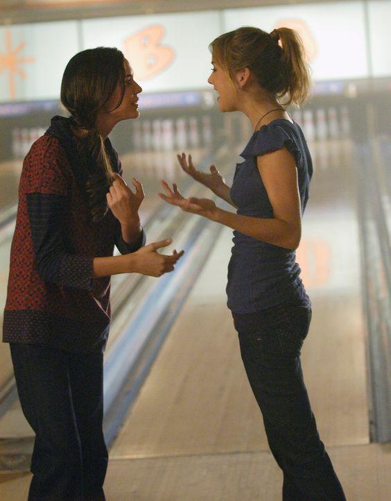 Aubreys (Odette Yustman, l.) Plan geht auf: Ronny entspricht Taylors (Jessica Stroup, r.) Geschmack... - Bildquelle: ABC Studios