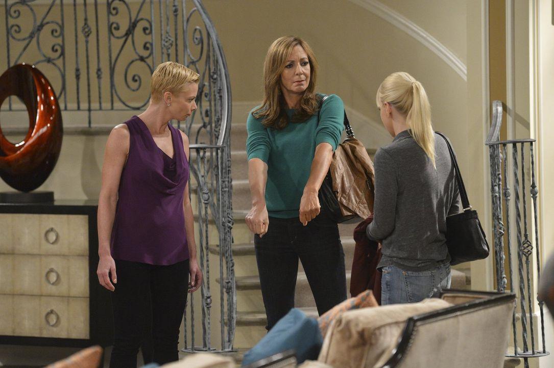 Jill (Jaime Pressly, l.) hat ihren Entzug hinter sich, weshalb sich Christy (Anna Faris, r.) und Bonnie (Allison Janney, M.) bereit erklären, die er... - Bildquelle: Warner Bros. Television