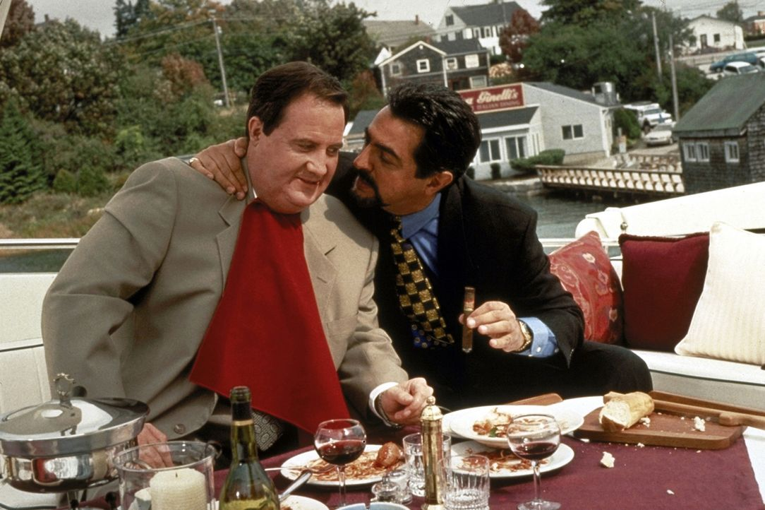 Der wohlbeleibte Anwalt Billy Hallek (Robert John Burke, l.) feiert ausgiebig den Prozessausgang mit seinem Klienten, dem Mafia-Boss Richie Ginelli... - Bildquelle: Paramount Pictures