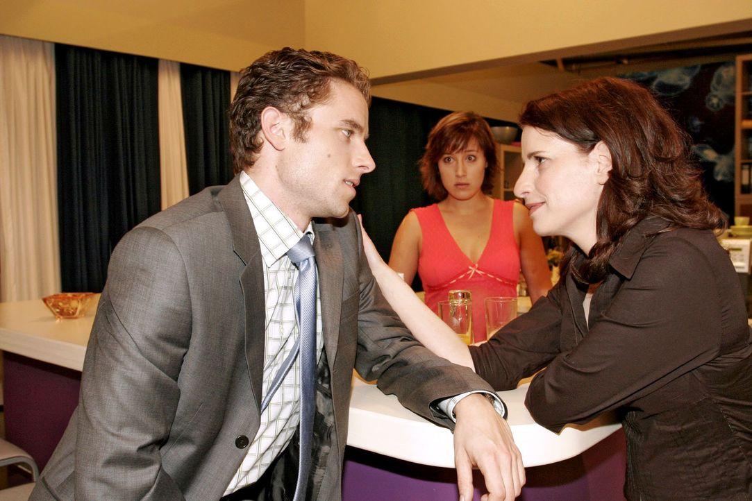 Yvonne (Bärbel Schleker, M.) versucht Max (Alexander Sternberg, l.) seit Tagen zu sprechen, doch er hat scheinbar mit seiner neuen Assistentin Inka... - Bildquelle: Sat.1