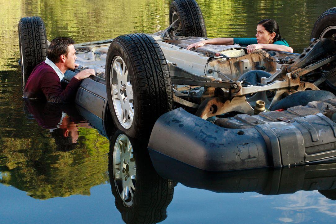 Susan (Teri Hatcher, r.) übersieht ein Reh auf der Fahrbahn und steuert ihren Wagen geradewegs in einen See. Die beiden Insassen sind zwar unverletz... - Bildquelle: 2005 Touchstone Television  All Rights Reserved
