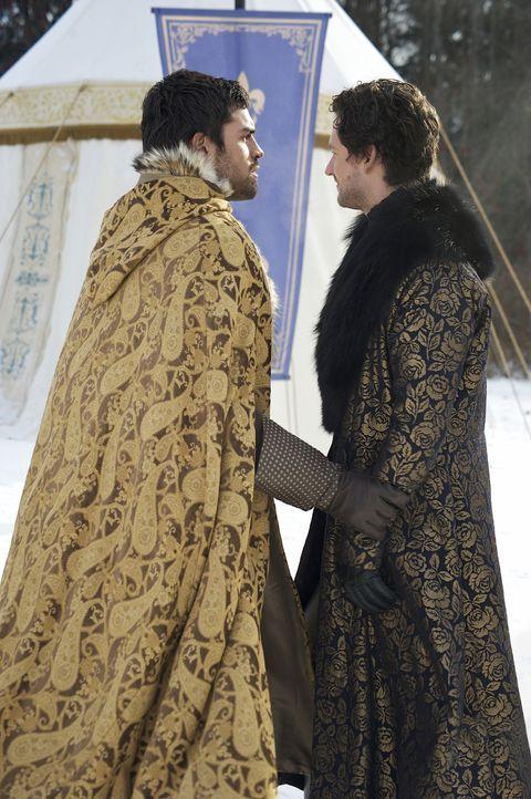 Antoine (Ben Aldridge, r.) und Condé (Sean Teale, l.) werden verdächtigt, einen Plot gegen den König geplant zu haben ... - Bildquelle: Sven Frenzel 2014 The CW Network, LLC. All rights reserved.