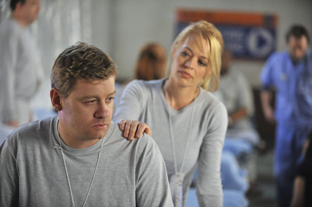 Peter Dunlop (Nicholas Bishop, l.) muss mit einem schweren Schicksalsschlag zurechtkommen. Kate (Jeri Ryan, r.) spendet ihm Trost ... - Bildquelle: 2012 American Broadcasting Companies, Inc. All rights reserved.