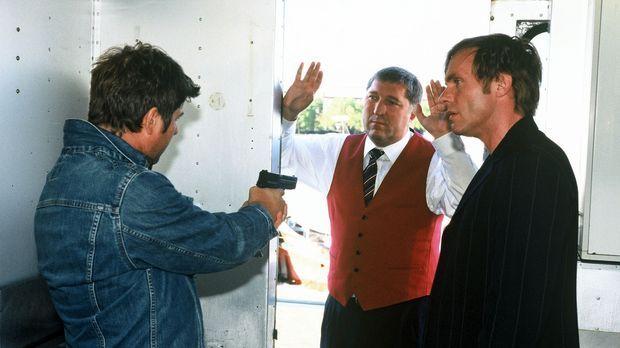 Jupp (Uwe Fellensiek, l.) und Falk (Dirk Martens, r.) nehmen Wellem (Veit Stü...