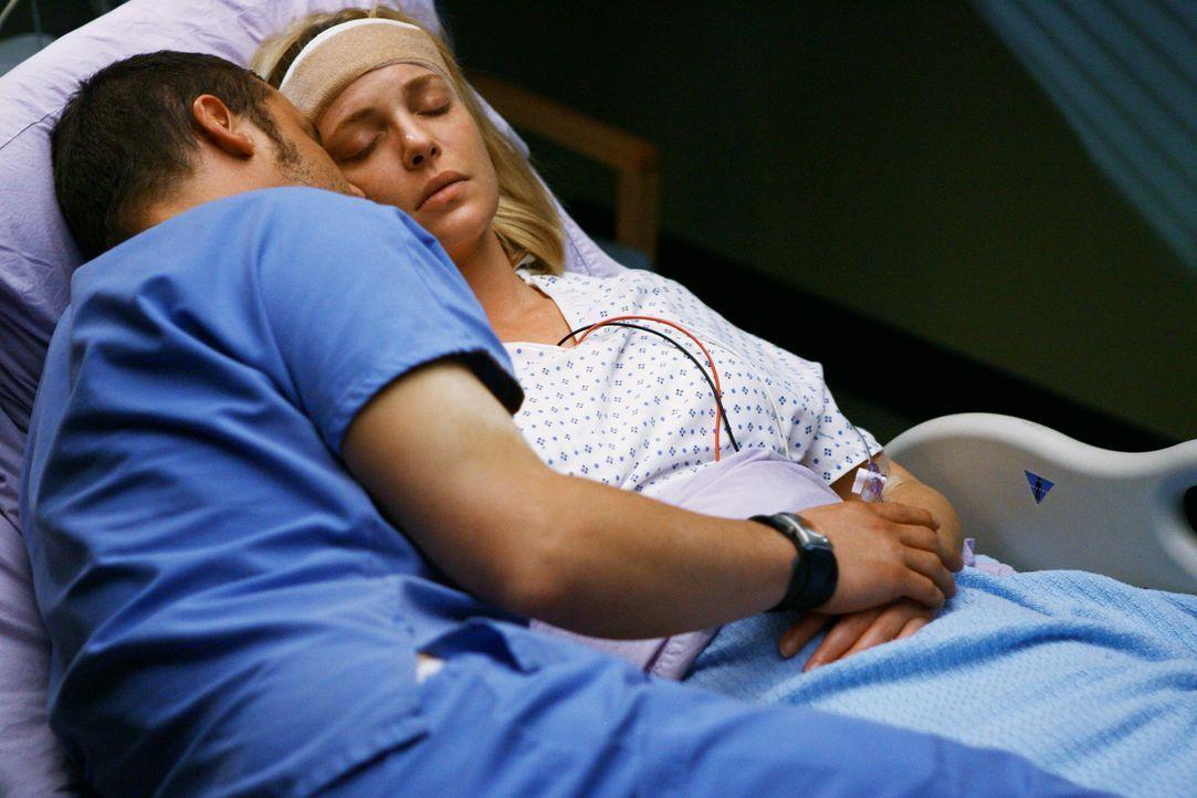Alex (Justin Chambers, l.) macht sich große Sorgen um Izzie (Katherine Heigl, r.), die an einem Tumor leidet ... - Bildquelle: Touchstone Television