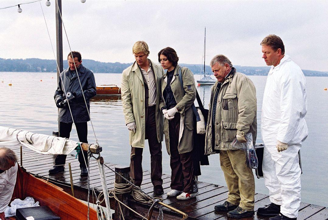 Nina (Elena Uhlig, 3.v.l.), Leo (Henning Baum, 2.v.l.) und Schober (Werner Zeussel, 2.v.r.) treffen am Tatort ein. - Bildquelle: Christian A. Rieger Sat.1