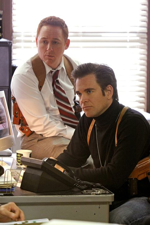 Um einen Fall aufklären zu können, muss das Team weit in die Vergangenheit zurück: Tony (Michael Weatherly, r.) und sein Partner Danny (Scott Grimes... - Bildquelle: CBS Television