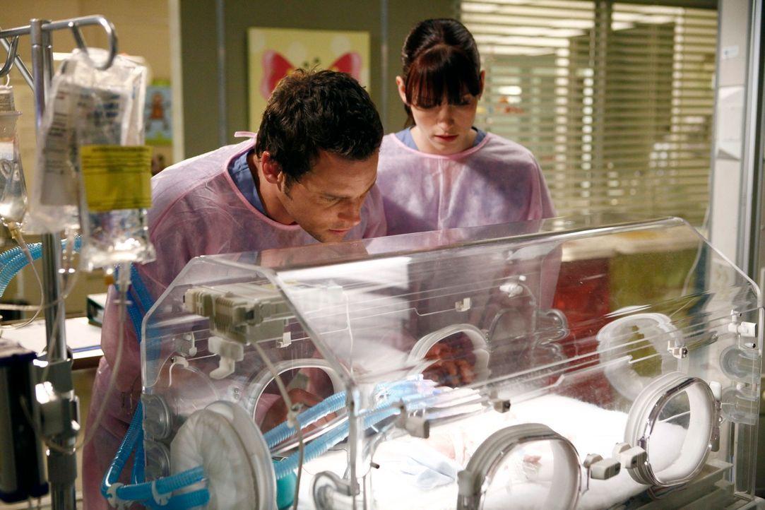 Kümmern sich um den zu früh geborenen Sohn der Anfängerärztin Morgan: Alex (Justin Chambers, l.) und Lexie (Chyler Leigh, r.) ... - Bildquelle: ABC Studios