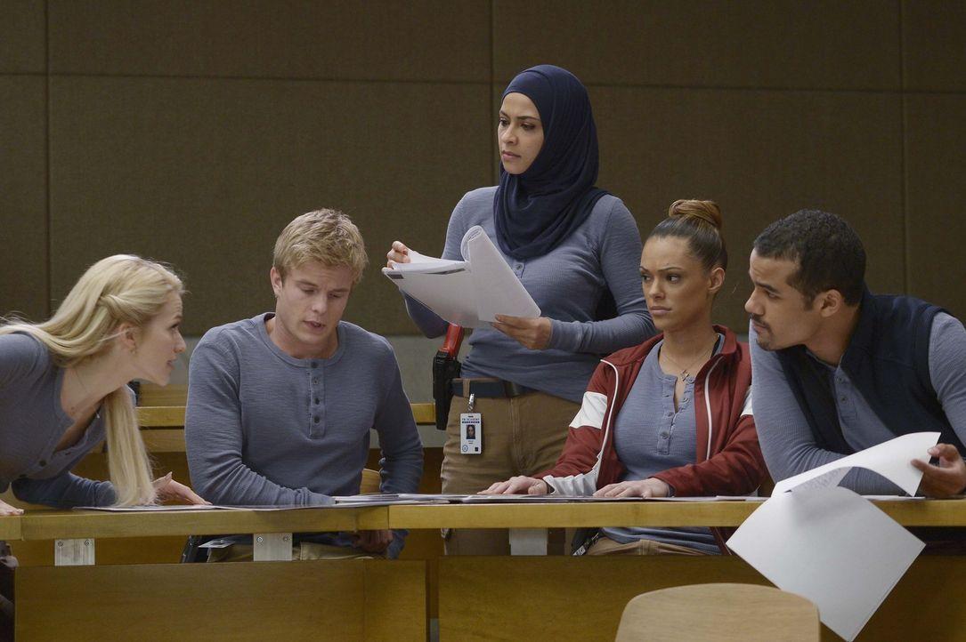 Werden sie ihre neue Aufgabe meistern? Caleb (Graham Rogers, 2.v.l.), Raina (Yasmine Al Massri, M.), Natalie (Anabelle Acosta, 2.v.r.), Brandon (Jac... - Bildquelle: Philippe Bosse 2015 ABC Studios