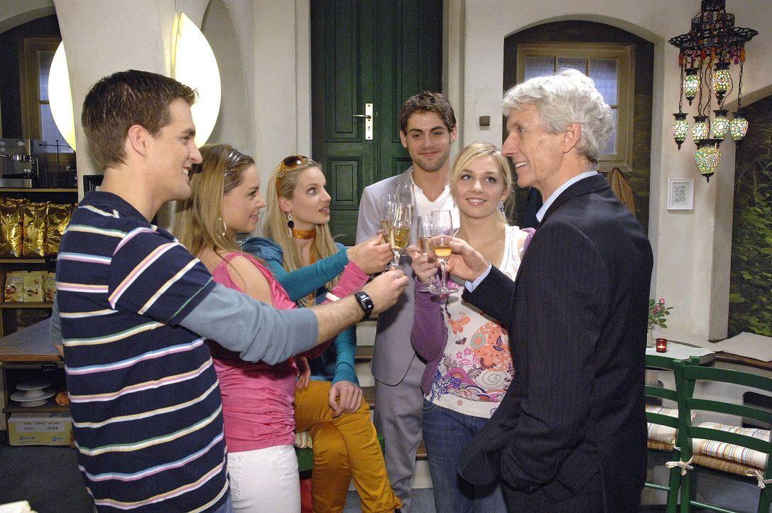Robert und Jonas feiern ihren Triumph, wieder in der Agentur zu sein. v.l.n.r.: Lars (Alexander Klaws), Katja (Karolina Lodyga), Nancy (Nora Hütz),... - Bildquelle: Claudius Pflug Sat.1