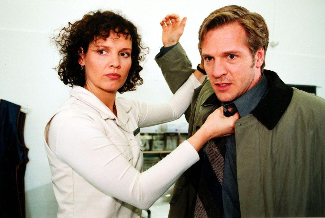 Nur Stefannys (Julia Hentschel, l.) schnellem Eingreifen ist es zu verdanken, dass Roland Boddien (Dirk Mierau, r.) seine Frau nicht schlägt ... - Bildquelle: Noreen Flynn Sat.1