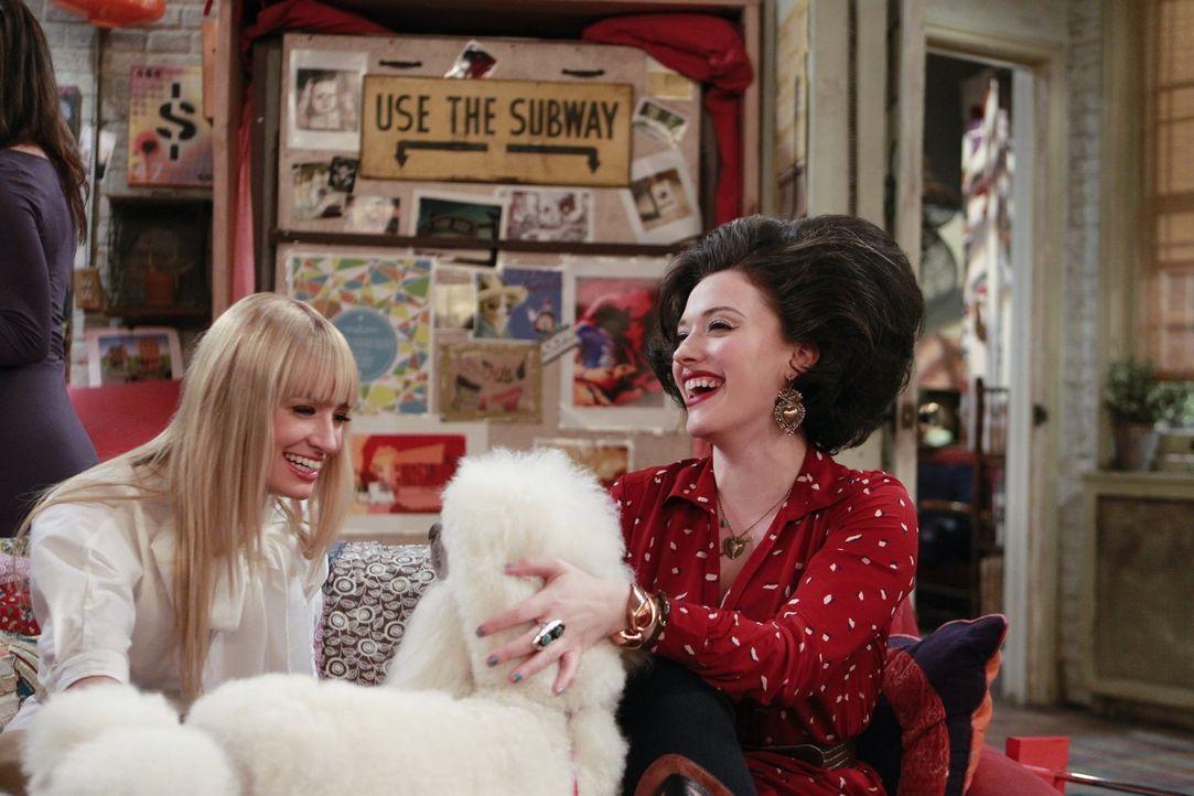 Max (Kat Dennings, r.) und Caroline (Beth Behrs, l.) haben einen ganz besonderen Friseur-Termin ... - Bildquelle: Warner Bros. Television