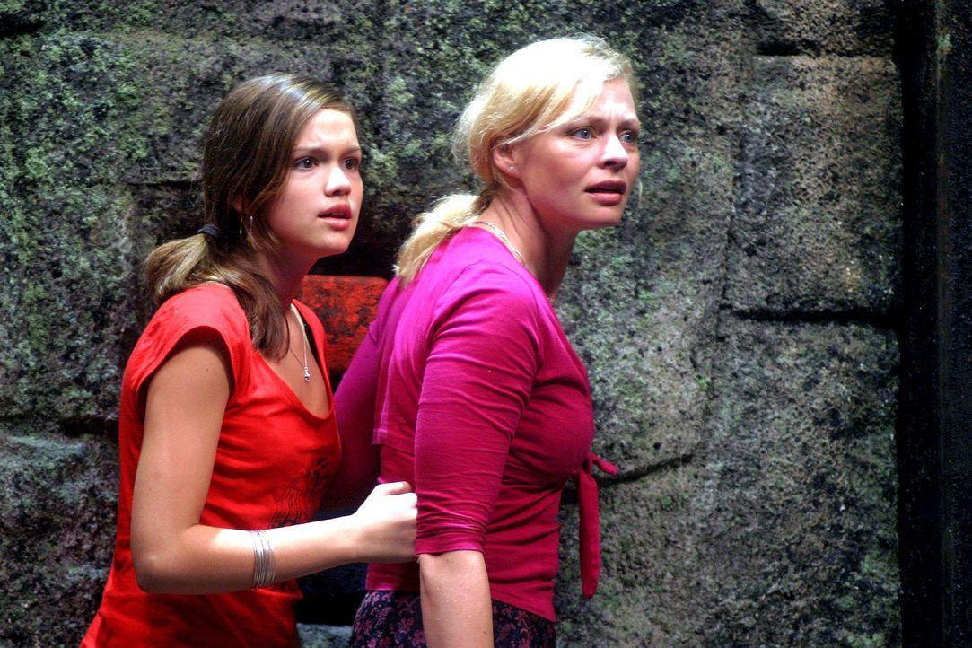 """Die erste """"Manatu""""-Strafrunde findet in einem Felstrichter im Dschungel statt. Nikki (Emilia Schüle, l.) und Laura (Susanna Simon, r.) wissen nicht... - Bildquelle: Sat.1"""