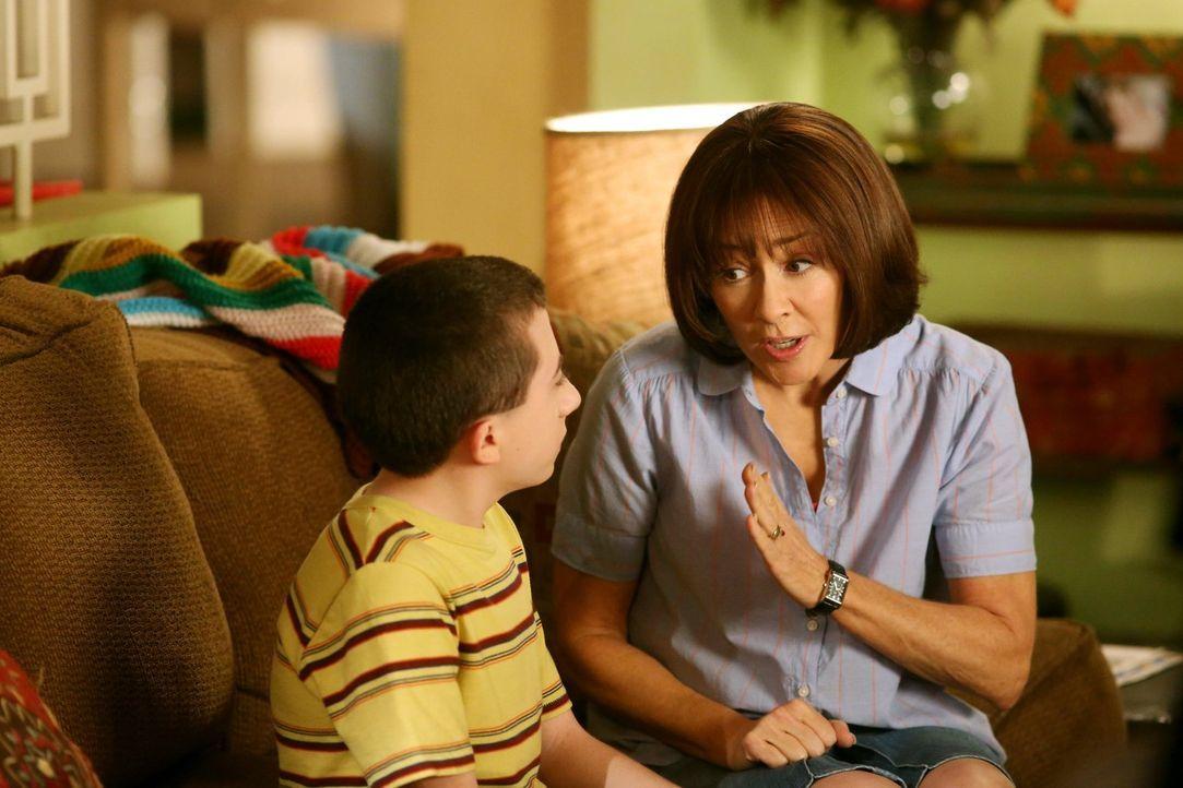 Der Muttertag steht vor der Tür: Frankie (Patricia Heaton, r.) quetscht ihren jüngsten Sohn aus, denn dieses Jahr möchte sie endlich mal ein schönes... - Bildquelle: Warner Brothers