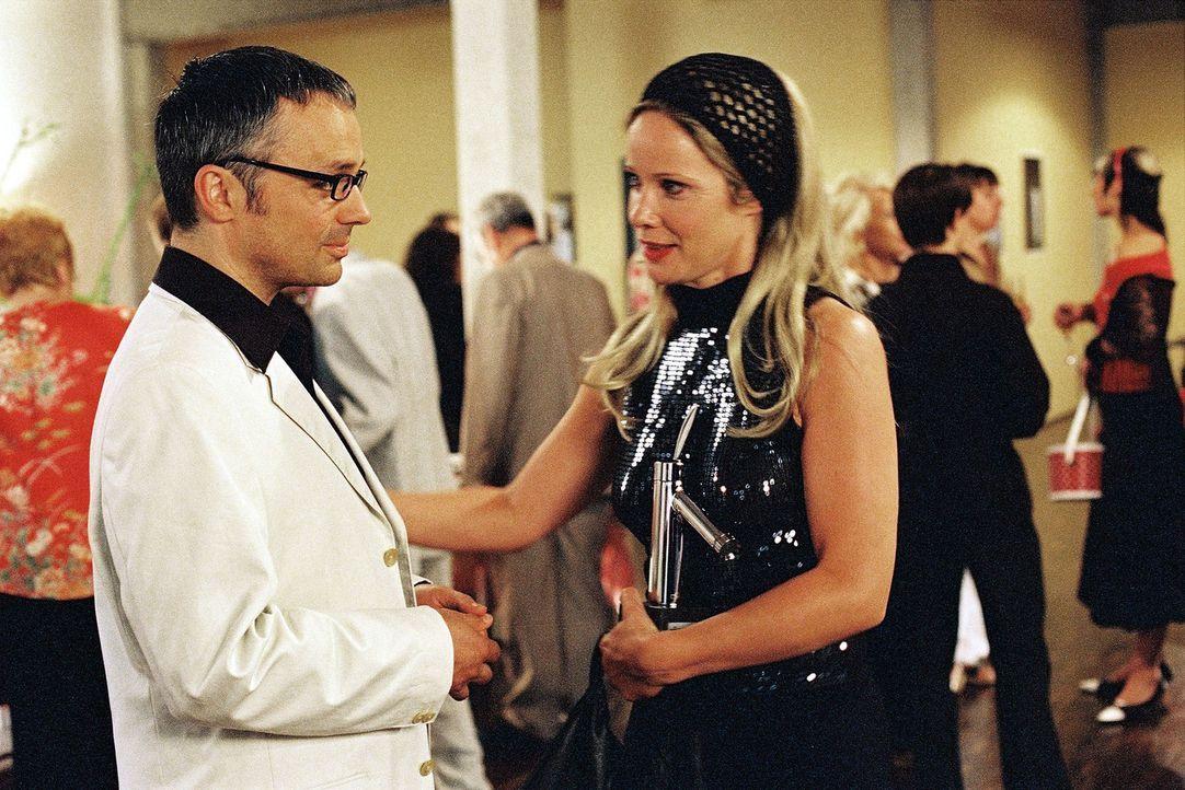 Maria (Ann-Kathrin Kramer, r.) ist trotz des großen Erfolgs, den sie als Designerin hat, alles zu viel. Sie bittet Marius (Renè Hofschneider, l.),... - Bildquelle: Sat.1