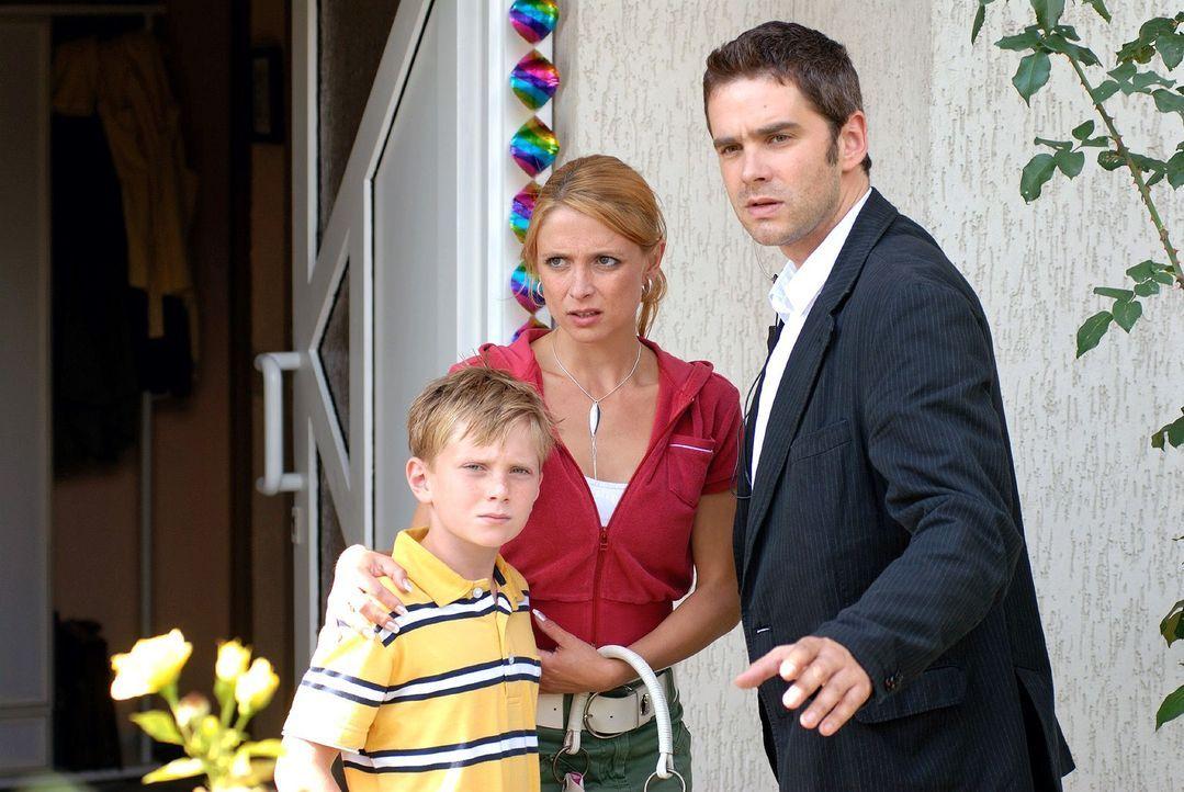 Birger (Oliver Boysen, r.) bringt Roberts Ex-Freundin Mandy (Julia Brendler, M.) und deren Sohn Frederik (Max Goppelt, l.) in Sicherheit. - Bildquelle: Hardy Spitz Sat.1