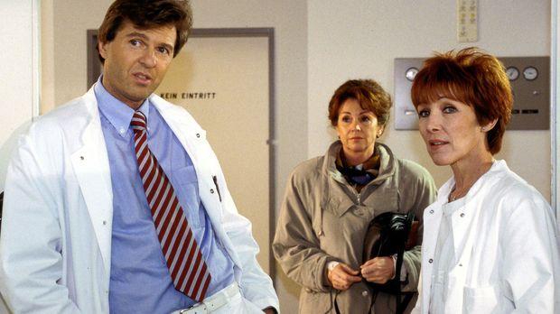 Dr. Brock (Thomas Naumann, l.) und die Notärztin (Inga Abel, r.) sprechen übe...
