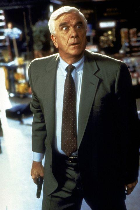 Nur einer kann mehr über den üblen Terror-Coup erfahren und den Verbrecher stoppen: Frank Drebin (Leslie Nielsen)! - Bildquelle: Paramount Pictures