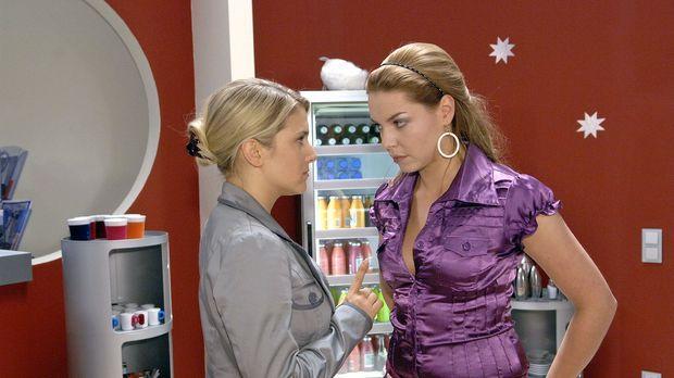 Anna (Jeanette Biedermann, l.) bleibt standhaft und fordert Katja (Karolina L...