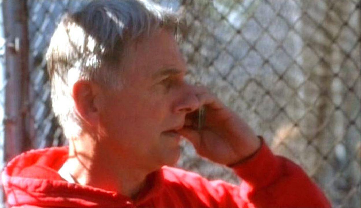 Der Chef der Navy CIS Leroy Jethro Gibbs (Mark Harmon) wird über den Tod zweier Agenten informiert... - Bildquelle: CBS Television