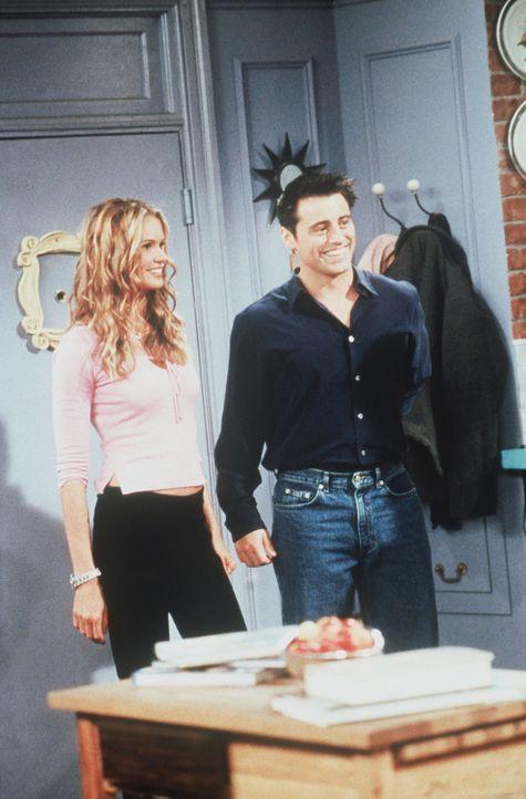 Joey (Matt LeBlanc, r.) ist begeistert: Seine neue Mitbewohnerin Janine (Elle Macpherson, l.) ist eine absolute Traumfrau. - Bildquelle: TM+  2000 WARNER BROS.