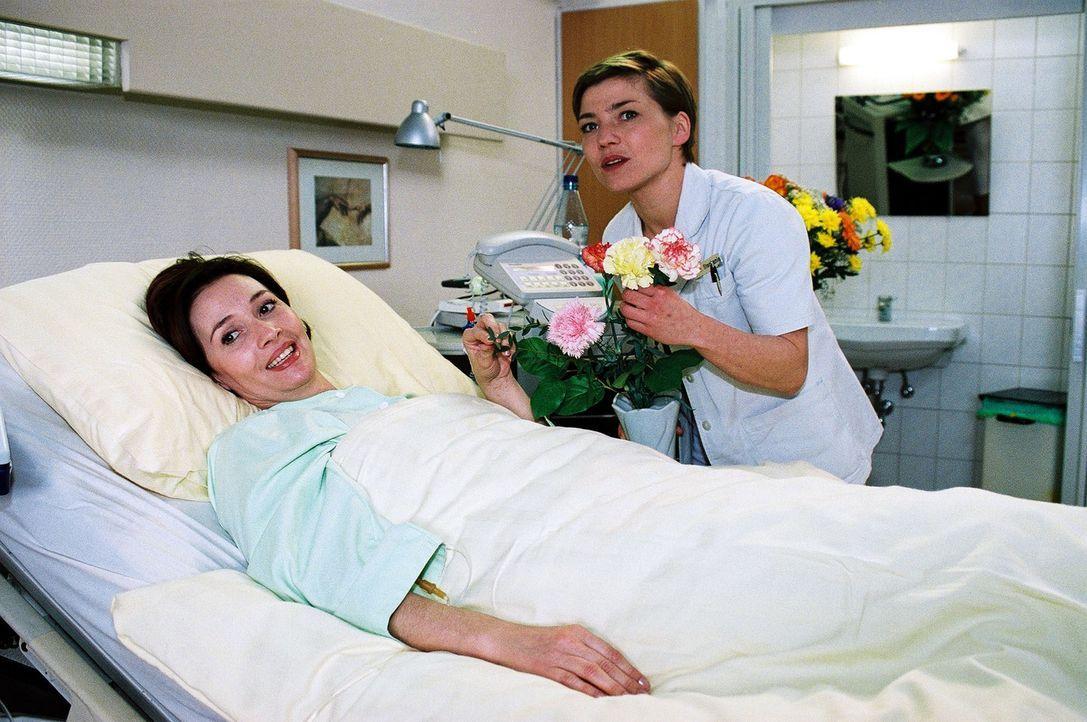 Schwester Stephanie (Claudia Schmutzler, r.) gewinnt allmählich das Vertrauen ihrer Patientin Beatrice van Straaten (Michele Marian, l.)... - Bildquelle: Monika Schürle Sat.1