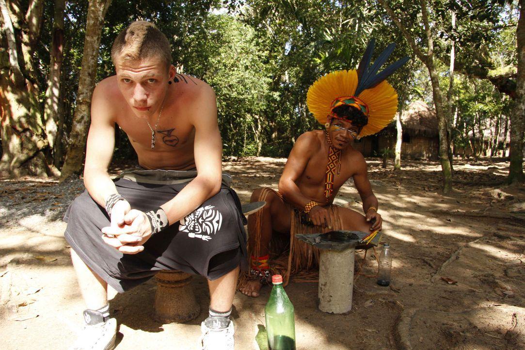 Maurice (l.) ist Punk, und Punks kennen keine Regeln. Mit Schlagstock und Maske terrorisiert der 16-Jährige seinen Heimatort. In Brasilien bekommt e... - Bildquelle: kabel eins