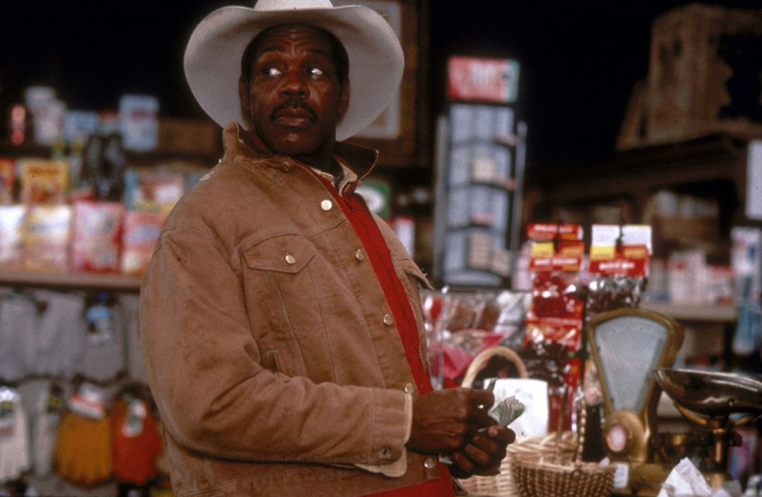 Bob Goodall (Danny Glover) nimmt den jungen Anhalter Lane, einen desillusionierten Ex-Medizinstudenten, mit ... - Bildquelle: Paramount Pictures