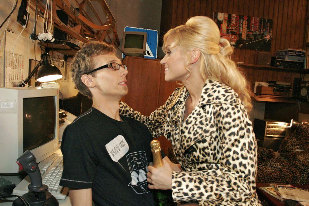 Jürgen (Oliver Bokern, l.) versucht Sabrina (Nina-Friederike Gnädig, r.) klar zu machen, dass er als potienzieller Erzeuger ihres Kindes nicht zur... - Bildquelle: Noreen Flynn Sat.1