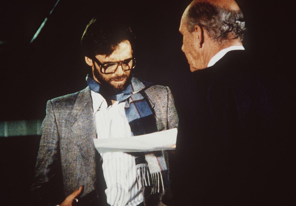 Der Journalist Gunning (Robin Strand, l.) bekommt von seinem Informanten Dr. Eldridge (C. J. O'Neil, r.) wichtige Papiere, die ihn zu Bösem anstifte... - Bildquelle: CBS Television