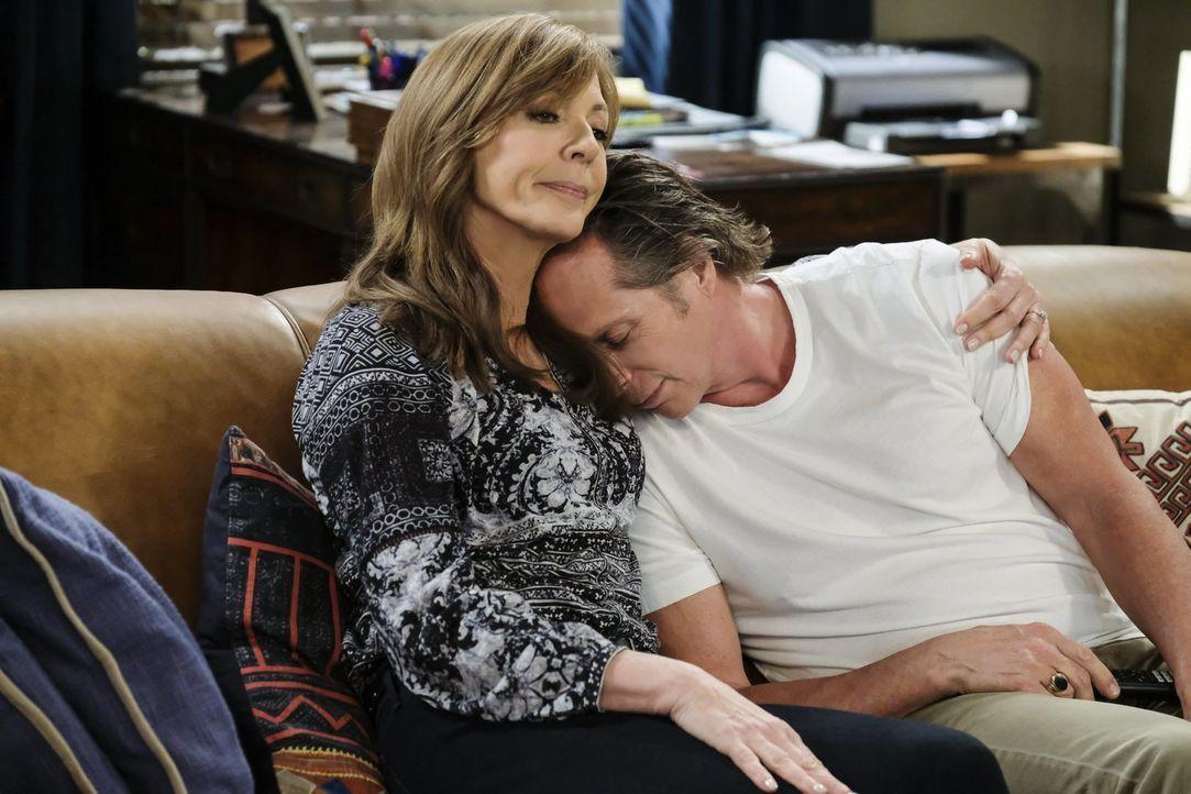 Bonnie (Allison Janney, l.) fällt es nicht leicht, damit umzugehen, dass Adam (William Fichtner, r.) einen Verlust erleidet ... - Bildquelle: 2018 Warner Bros.